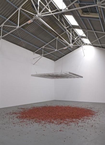 Vue de l'exposition Le Lac, Le Mensonge, Le Confort Moderne. Courtesy Galerie Frank Elbaz.