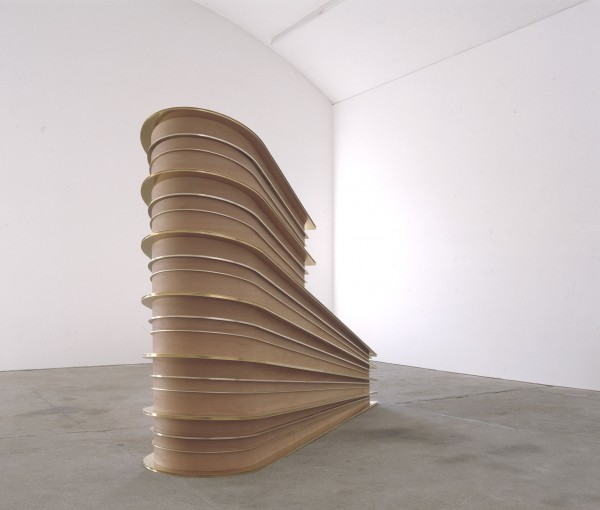 Bojan Šarčević, Replace the Irreplaceable, 2006. Bois de poirier, laiton. 230 x 330 x 90 cm. Courtesy galerie carlier | gebauer, Berlin.