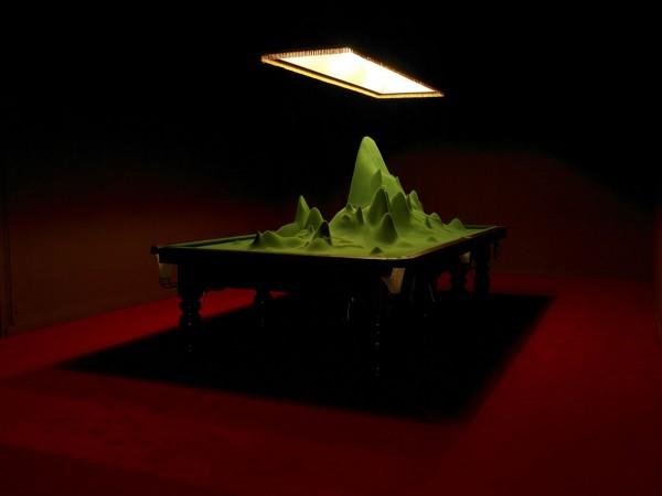 Stéphane Thidet, Sans titre (Je veux dire qu'il pourrait très bien, théoriquement, exister au milieu de cette table [...]), 2008. Production Le Grand Café. Photo Marc Domage