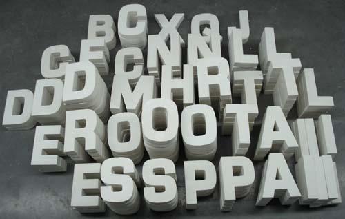 Plateau : 10 000 Letters, 2008, Lettres de plâtre de 16 x 8 x 3 cm produites en 10 000 ex.