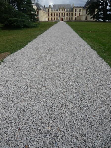 La grande allée du Château d'Oiron (tour HLM d'Issy-les-Moulineaux détruite en février 2008), béton concassé recyclé, bois, plastiques, verre. Production : Château d'Oiron
