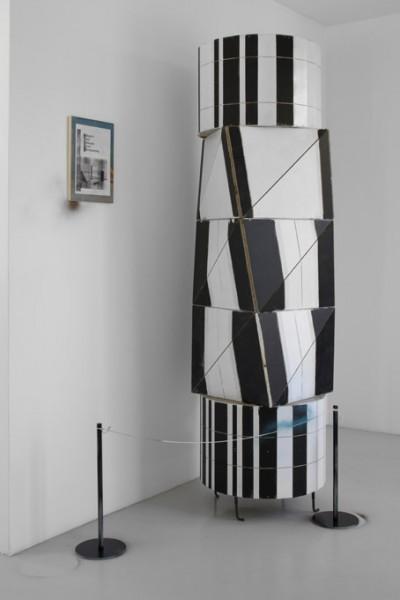 """Manfred Pernice, Tisch-Set """"Usinger"""" (détail), 2008, bois, peinture, collage, clous. Courtesy Galerie Neu, Berlin."""