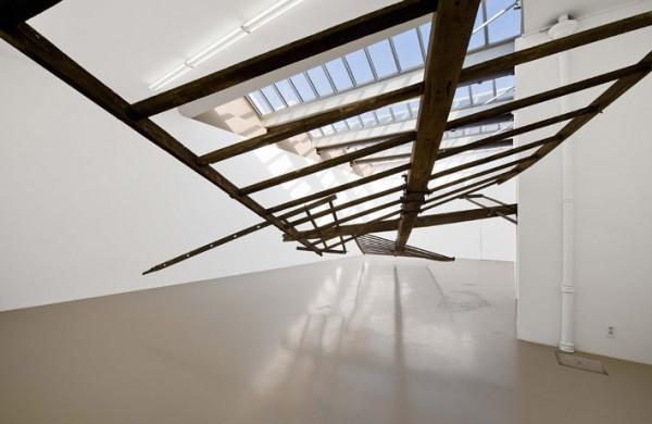 Guillaume Leblon, Four Ladders, 2008, Ailes de moulin en bois. vue de l'exposition Fbricateurs d'espace à l'institut d'art contemporain de Villeurbanne.