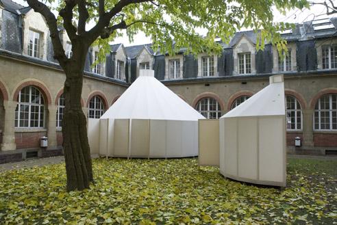 Angela Ferreira, zp zap, vue de l'exposition dans la cour de l'école des beaux arts de Rennes