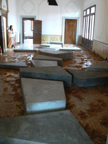 """Martin Boyce (Grande-Bretagne). Vue de l'exposition """"No Reflections"""", pavillon écossais, 2009. crédits photographiques: Antoine Marchand, 2009"""