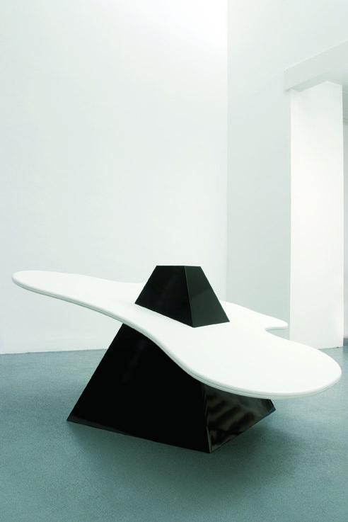 Delphine Coindet Fogh  -  2006 Pièce unique 140 x 140 x 130 cm Pyramide noire, plateau en skaï Courtesy Galerie Laurent Godin, Paris