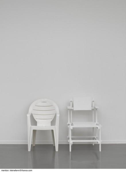 Deux chaises, 1998 Plastique, bois, peinture 90 x 120 x 60 cm Collection Clémence et Didier Krzentowski, Paris Photo : Florian Kleinefenn