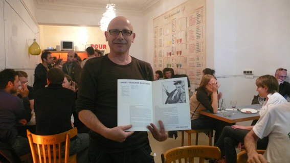 Angel Vergara presentant son catalogue ph Sonia Dermance