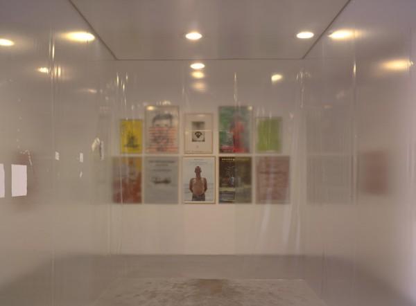 Kippenberger4.jpg:  Simone Decker, Pavillon de chasse, 1997-2001. Martin Kippenberger, Mut zum Drück, 1990.  Vue de l'exposition Heidi au pays de Martin Kippenberger, Frac Aquitaine, 2009. Photo André Morin
