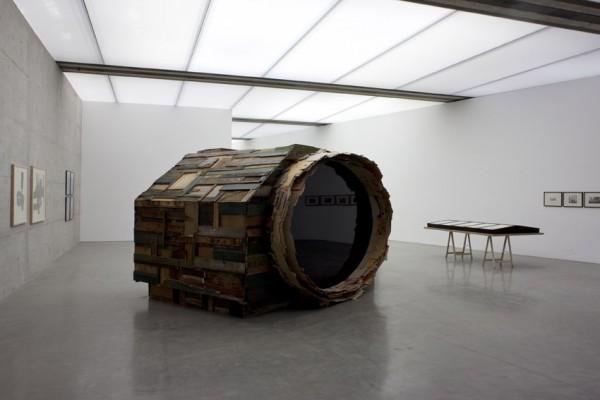 Rob Voerman, Tarnung#3, 2009; Cyprien gaillard, <geographical Analogies, 2006, vue de l'exposition à la Generali Foundation