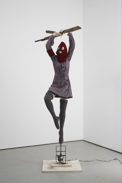Marcel Dzama Polutropos of many turns, 2009 Mannequin costumé (robe, bas, Balaklava) sur base rotative et bois découpé / Mannequin on rotating base and costume (dress, socks, mask) and wood 221 x 58,4 x 101,6 cm Avec l'aimable permission de l'artiste et David Zwirner, New York