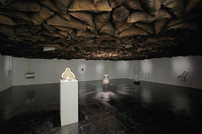 vue partielle de l'exposition Duchamp 1200 Coal Bags et autres pièces.