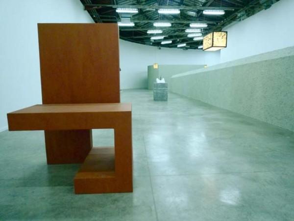 Vincent Carron: vue partielle de l'exposition löweNzorn, 2010. Métal laqué noir, verre trabskucide peint.