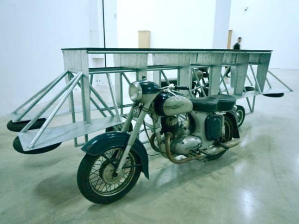 Raphaël Zarka La Draisine de l'Aérotrain, 2009. Deux motos Jawa, fer galvanisé, contre-plaqué. 129 x 222 x 446 cm