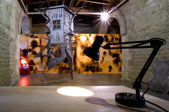 Au premier plan: SYLVAIN ROUSSEAU Bureau (de la certitude), 2009, Techniques mixtes, 150x85x81cm, Courtesy de l'artiste.  Au milieu: STÉPHANIE CHERPIN Daddy's Little Girl ain't girl no more, 2009, Bois, peinture, 350x250x250 cm, Production Buy-Sellf.  Au fond à gauche:  LILIAN BOURGEAT  Objets Extraordinaires (Phare), 2006, Techniques mixtes, 120x90x40 cm, Collection Le Consortium, Dijon.  Sur le mur du fond:  ANITA MOLINERO Ecoute la croute II, 2010, Polystyréne extrudé, Dimensions variables,Production Buy-Sellf avec le concours de l'entreprise Knauf Insulation, Courtesy Galerie Alain Gutharc, Paris