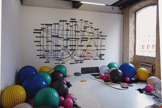 Florence Doléac, Ballooon, 2009, filet de pêche, balles gonflables, tapis, Eamon O'Kane, Une histoire de jeu, 2010, installation murale