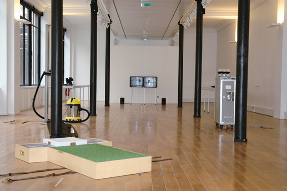 Noam Toran, vue de l'exposition, 2010, au Lieu du Design, Paris