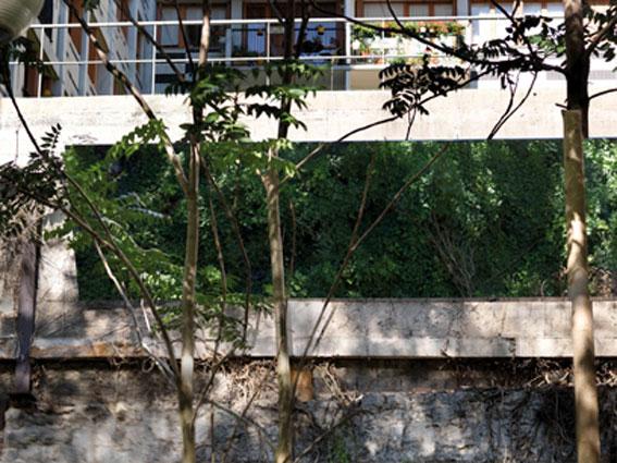 Benoît-Marie Moriceau Sans titre, 2010. Film polyester aluminisé sur cadre en aluminium 1000 x 200 cm. © Benoît-Marie Moriceau / ADAGP Photo : André Morin.