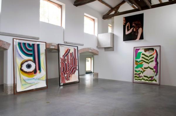 Kerstin Brätsch pour DAS INSTITUT BroadwayBrätsch / Corporate Abstraction serie, 2010, huile et divers matériaux sur papier, bois, 182 x 230 cm