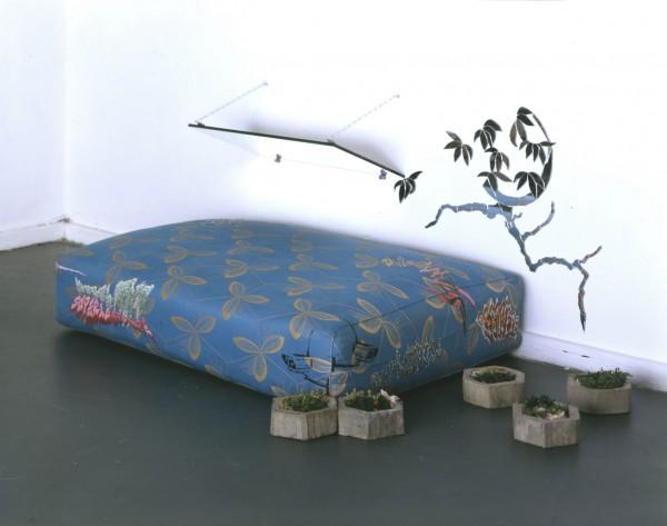 Isa Melsheimer, Plats, 2004, Matelas, miroir, béton, fil à tisser, 120x80x50cm, Vue d'installation, Futur 7, Berlin, 2004. Courtesy Galerie Jocelyn Wolff, Paris