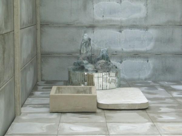 Isa Melsheimer, Dachgarten/Raum, 2010. Béton, métal, cyprès, 90x54x40,5 cm