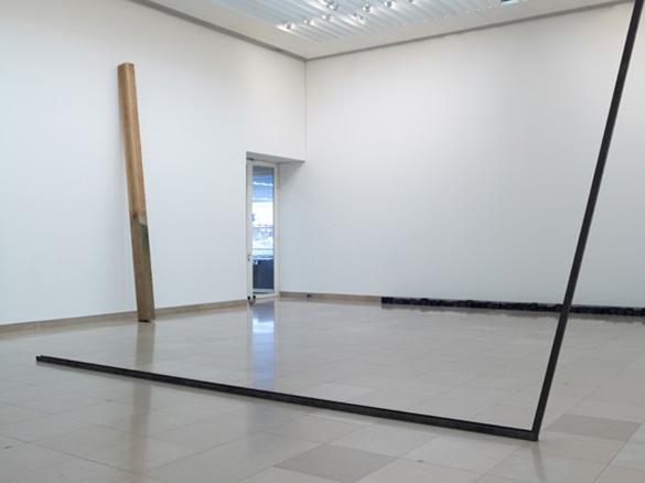 """Zeiger, 2011. Acier. Vue de l'exposition """"Pour un art pauvre"""" carré d'art, musée d'art contemporain de Nîmes, 2011, ph Marc Domage."""