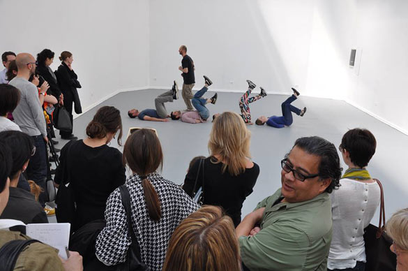 Immaterial retrospective of the Venice Biennale d'Alexandra Pirici et Manuel Pelmus