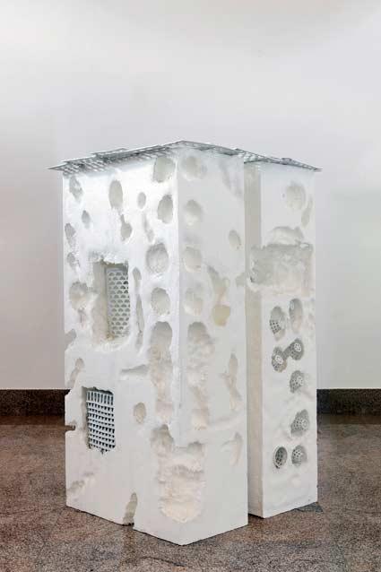 Anita Molinero, Porcelaine blanche, Polystyrène blanc, 2003. Porcelaine et polystyrène - Réalisé au CRAFT, Limoges © Photo: Aurélien Mole