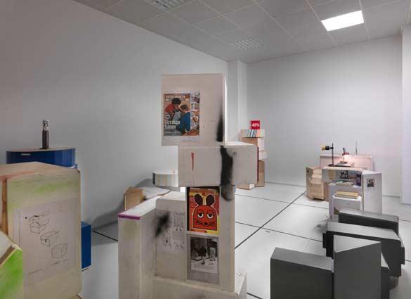 Manfred Pernice, von der stange (2011), Installation view/Vue de l'installation Neuer Berliner Kunstverein, 2011 © Neuer Berliner Kunstverein/Jens Ziehe