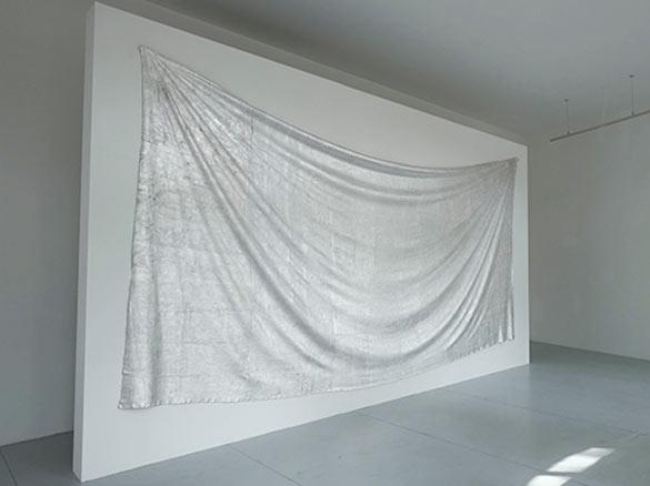 Edith Dekyndt, Slow Object 06, 2013. Tissu gris en lainage recouvert de feuilles d'argent pur, 300x650 cm. © Alexandre Christiaens.