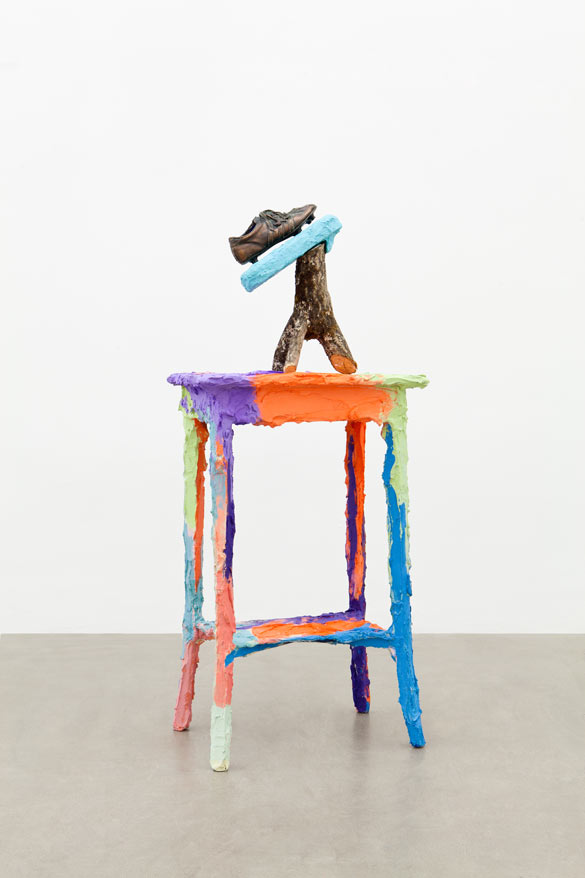 Rachel Harrison. Villeperdue, 2012. Bois, polystyrène, matériaux divers, acrylique, résine polyester / Wood, building material, acrylic and polyester resin. 145 × 62 × 42 cm. Production / Produced by Atelier Calder, Saché. Courtesy Rachel Harrison ; Greene Naftali, New York.