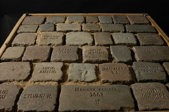 Tom Fecht. Torso, Fragment de la Mémoire Nomade Namen und Steine (Noms et Pierres), 2003. Granit, sable, bois / Granite, sand, wood. © MuCEM.