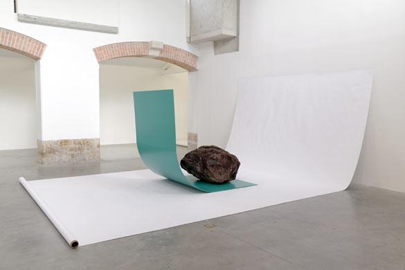 """Gabriel Kuri, """"bottled water E.d.E. 1"""", 2013, pierres, plaques en métal, papier, dans le cadre de l'exposition au Parc Saint Léger """"bottled water branded water"""" crédit Parc Saint Léger"""
