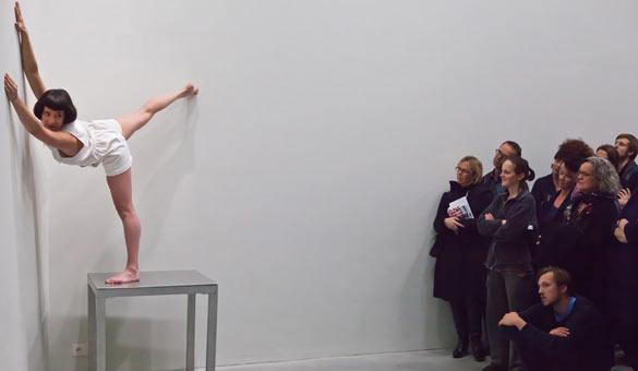 Adva Zakai, performance Opening, 2010 © Le Quartier, centre d'art contemporain / photoMarc Van Langendonck.