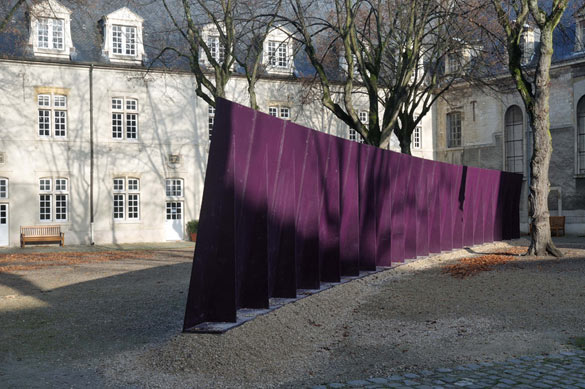 Tom Burr, Deep Purple, 2000. Bois, acier, peinture / Wood, steel, paint, 250 × 2500 × 44 cm. Collection Frac Champagne-Ardenne.