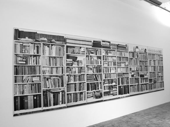 Hans-Peter Feldmann, Bookshelves, 1999. Série de 5 photographies N&B montées sur PVC, cadres aluminium / Set of 5 B&W photographs panels, mounted on PVC and aluminium frame. 190 x 130 cm claque / each, dimensions totales / overall size : 200 x 650 cm. Courtesy ProjecteSD, Barcelona.