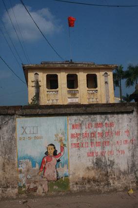 """Nguyễn Huy An :""""Un message local du gouvernement disant """"accueillez chaleureusement l'élection de la 13ème assemblée nationale et de l'assemblée des représentants du peuple pour 2011-2016"""" Village Hai Boi Dong, District Dong Anh, Hanoi. Courtesy of the artist."""