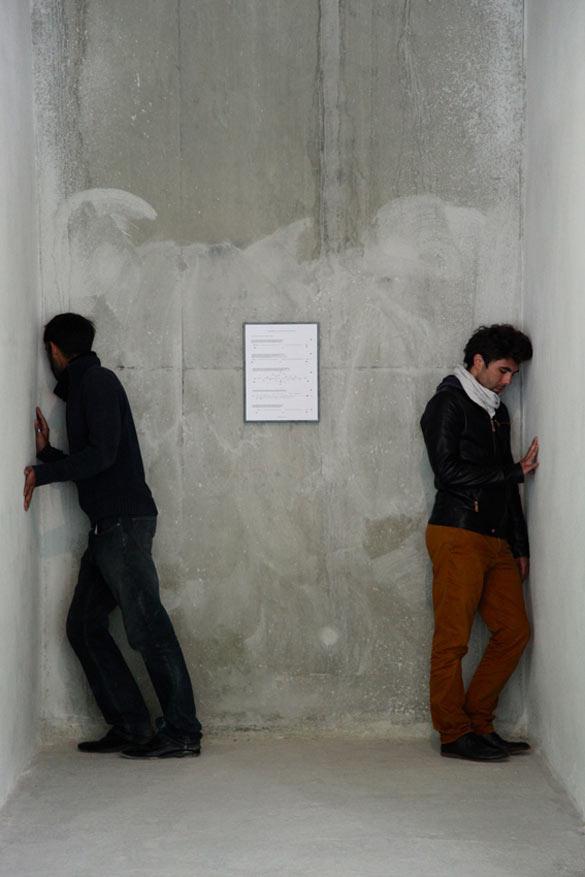 Vue de l'exposition «Des Présents inachevé», dans le cadre des Modules Pierre Bergé – Yves Saint Laurent, hors-les-murs à la Biennale de Lyon 2013. Oliver Beer, Composition for tuning an architectural space, 2013 (détail, performance).