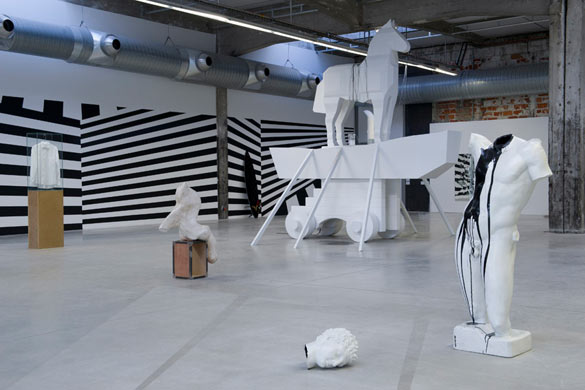 Vue de l'exposition de Bruno Peinado, L'écho/Ce qui sépare organisée par le Frac des Pays de la Loire à la Hab Galerie, Nantes. Photo : Marc Domage.
