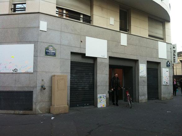 Karin Sander, Gebrauchsbilder, 2014. Toiles vierges accrochées sur la façade du Plateau puis placées dans l'exposition. Production Frac Île-de-France. Photo: DR.