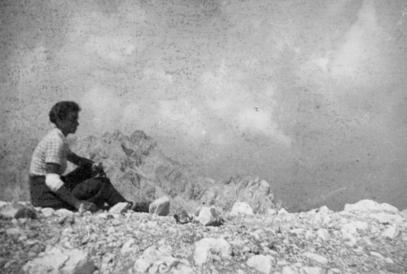 Nika Autor, Slava Klavora dans les montagnes de Kamnik, été 1938. Photographie d'archives utilisée dans Newsreel 55 / Archive document used in Newsreel 55 de / by Nika Autor, Marko Bratina, Ciril Oberstar et Jurij Meden, 2013. Colection du / Property of National Liberation Museum Maribor.