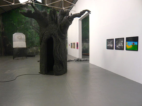 Vue de l'exposition Natura Lapasa au ConfortModerne, Poitiers (Piero Gilardi, Tom de Pékin, Laurent Le Deunff, David Evrard, Julien Dubuisson, Fred Calmets, Marnie Weber, Ann Craven) Photo - A.Launay.