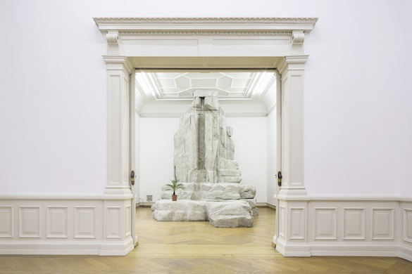 Mathieu Mercier, Cascade, 2014. Pompe, polystyrène, plante, 449 × 479 × 363 cm. Courtesy Lange and Pult. Vue de l'exposition Everything but the kitchen sink, Villa Merkel, Esslingen, Allemagne, du 13 décembre 2014 au 22 février 2015. Courtesy de l'artiste. Photos : © die arge lola