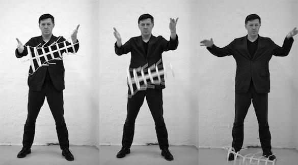 Thomas Eller, THE white male complex, No. 11 (endgames), 25 mai 2014. Performance réalisée au MOMENTUM Worldwide, Berlin. Dans le cadre de l'exposition « Pandamonium » - commissariat David Elliot et Li Zhenhua. Tryptique, papier baryté sur dibond, 200 x 306 cm (200 x 120 cm chaque panneau).