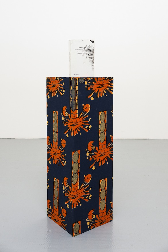 Lili Reynaud Dewar, Untitled, 2013. Livre, socle, tissu / Book, wood, fabric. Courtesy Lili Reynaud Dewar