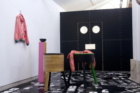 Lili Reynaud Dewar, Black Mariah (The Woman's Performance Objects and films), 2009. Bois, miroirs, cuir, peinture, costume (veste et pantalon), affiches sérigraphiées, vidéo / Wood, mirrors, leather, paint, costume, posters and video Vue de l'installation / View of the installation, Centre d'art du parc Saint Léger, Pougues-les-Eaux, 2009. Photo : Aurélien Mole © Lili Reynaud Dewar. Courtesy Lili Reynaud Dewar ; kamel mennour, Paris
