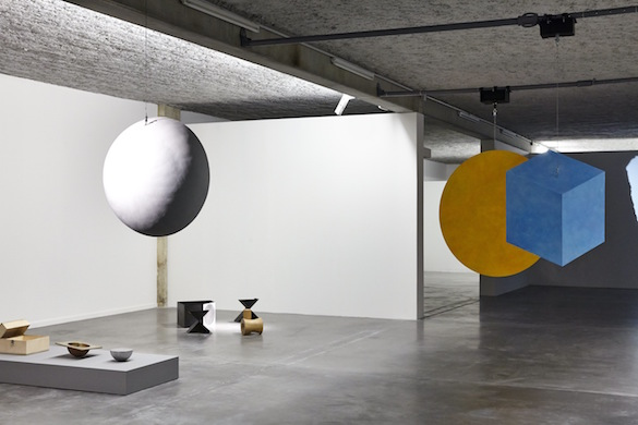 Francisco Tropa, Le Songe de Scipion, 2015. Acier, peinture à l'huile, moteur. Et Antipodes, matériaux mixtes, dimensions variables, 2015. Vue de l'exposition au MRAC Sérignan. Photo : Jean-Christophe Lett.