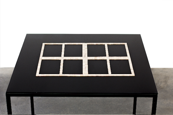 Word Window, 2015 Fenêtre-mot Pièces de Scrabble, méthacrylate, métal 90.5 x 100 x 100 cm Courtesy de l'artiste et des galeries Messen de Clercq, OMR, Travesia Cuatro et 1301 PE