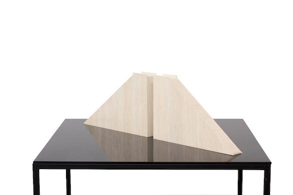 Jorge Méndez Blake, Double Balcony, 2015 Bois, méthacrylate, métal, 119 x 100 x 100 cm Courtesy de l'artiste et des galeries Messen de Clercq, OMR, Travesia Cuatro et 1301 PE