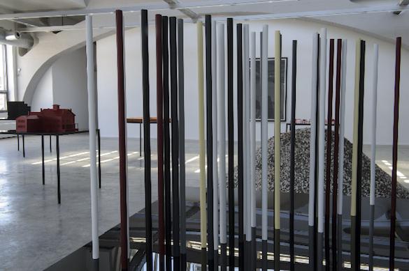 The Spoken Word (Octavio Paz), 2015 Aluminium, peinture, méthacrylate, métal 140 x 100 x 100 cm Courtesy de l'artiste et des galeries Messen de Clercq, OMR, Travesia Cuatro et 1301 PE